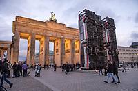 "2017/11/13 Kultur |  Brandenburger Tor | Bus-Skulptur ""Monument"""