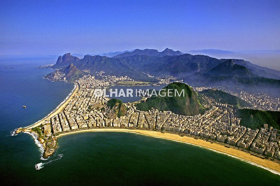 Vista aérea da cidade. Copacabana e Ipanema. Rio de Janeiro. 1996. Foto de Ricardo Azoury.
