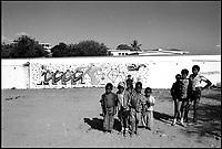 Mozambico, Africa, Maputo, bambini con murales