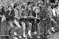 - NATO exercises in Germany, a 1th Cavalry US Army soldier talks with local girls (October 1983)....- esercitazioni NATO in Germania, un soldato americano del 1° Cavalleria parla con ragazze locali (ottobre 1983)