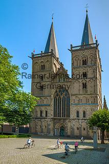 Deutschland, Nordrhein-Westfalen, Xanten: ehemalige Stiftskirche St. Viktor (Xantener Dom) am Domplatz   Germany, Northrhine-Westphalia, Xanten: Xanten cathedral and cathedral square