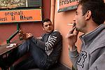 """Maenner machen waehrend ihrer Radtour auf der Erzbahntrasse auf der Haengebrücke """"Gimberger Sichel"""" ueber den Rhein-Hern-Kanal Pause. / Men are pausing on the pendant bridge """"Grimberg Sikle"""" above the Rhine-Herne Canal while cycling along the acient ore-railway-line."""