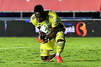 CALI – COLOMBIA, 07-11-2020: Juan Moreno arquero del Millonarios en acción durante el partido entre América de Cali y Millonarios FC  por la fecha 18 de la Liga BetPlay DIMAYOR I 2020 jugado en el estadio Pascual Guerrero de la ciudad de Cali. / Juan Moreno goalkeeper of Millonarios in action during match between America de Cali and Millonarios FC for the date 18 as part of BetPlay DIMAYOR League I 2020 played at the Pascual Guerrero stadium in Cali city