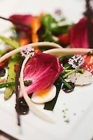 Europe/France/Rhône-Alpes/74/Haute Savoie/ Bonne: Saladine de légumes  croquants avec œuf de caille et copeaux de Parmesan recette de Christophe Morel de l'Hôtel-Restaurant: Baud
