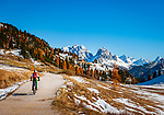 Italien, Suedtirol (Trentino - Alto Adige), Naturpark Fanes-Sennes-Prags: Mountainbiker unterwegs vom Berghotel Plaetzwiesen zur Duerrensteinhuette und zum Werk Plaetzwiese, im Hintergrund die Cristallogruppe | Italy, South Tyrol (Trentino - Alto Adige), Fanes-Sennes-Prags Nature Park: mountainbiker riding from mountain hotel Plaetzwiesen towards hut Duerrenstein mountain hut and fortress Plaetzwiese, at background Cristallo Group mountains