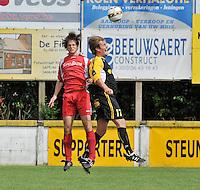 SV Moorsele - Voorwaarts Zwevezele : Mathias Onraet in een kopduel met Nico Devoldere (rechts).foto VDB / BART VANDENBROUCKE