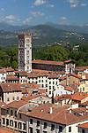 Italy, Tuscany, Lucca: View over city to San Frediano from atop Torre Guinigi | Italien, Toskana, Lucca: Blick vom Torre Guinigi ueber die Altstadt mit der romanischen Kirche San Frediano