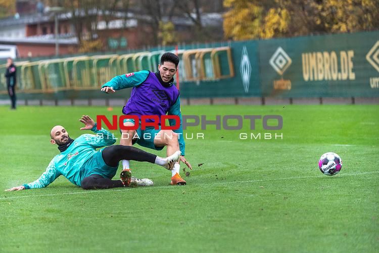 17.11.2020, Trainingsgelaende am wohninvest WESERSTADION - Platz 12, Bremen, GER, 1.FBL, Werder Bremen Training<br /> <br /> <br /> Ömer / Oemer Toprak (Werder Bremen #21)<br /> KYU-HYUN PARK  (Werder Bremen II #22)<br />  ,Ball am Fuss,  <br /> Querformat<br /> <br /> <br /> Foto © nordphoto / Kokenge