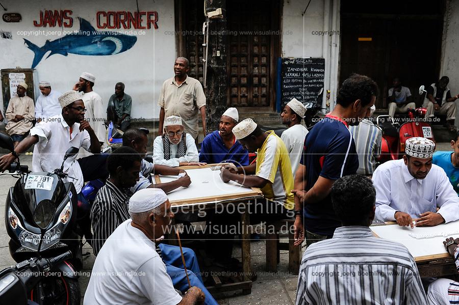 TANZANIA Zanzibar, Stone town is part of UNESCO heritage, muslim men playing games / TANSANIA Insel Sansibar, Stonetown, die Altstadt ist Teil des Unesco Welterbe Programm, 99 Prozent der Bewohner sind Muslime