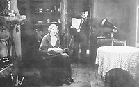 FILMBILD / T: Lichter der Gro??stadt / City Lights D: Virginia Cherill, Charlie Chaplin R: Charlie Chaplin P: USA J: 1931 PO: Szenenbild RU: Tragikom??die DA:  Filmstill // HANDOUT / EDITORIAL USE ONLY! / Please note: Fees charged by the agency are for the agency??s services only, and do not, nor are they intended to, convey to the user any ownership of Copyright or License in the material. The agency does not claim any ownership including but not limited to Copyright or License in the attached material. By publishing this material you expressly agree to indemnify and to hold the agency and its directors, shareholders and employees harmless from any loss, claims, damages, demands, expenses (including legal fees), or any causes of action or allegation against the agency arising out of or connected in any way with publication of the material.