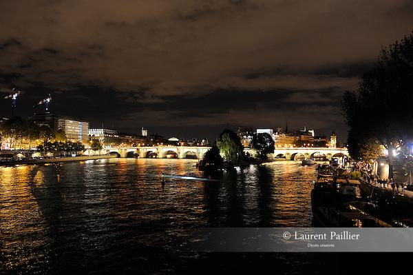 Descension de Anish Kapoor<br /> <br /> Scénographie : Anish Kapoor<br /> Cadre : Nuit Blanche 2016<br /> Date : 01/10/2016<br /> Lieu : Seine<br /> Ville : Paris<br /> © Laurent Paillier / photosdedanse.com