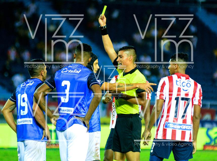 BARRANQUILLA-COLOMBIA, 16-02-2020: David Rodr'guez, ‡rbitro muestra tarjeta amarilla a Andrés Correa de Once Caldas, durante partido entre AtlŽtico Junior y Once Caldas, de la fecha 5 por la Liga BetPlay DIMAYOR I 2020, jugado en el estadio Metropolitano Roberto MelŽndez de la ciudad de Barranquilla. / David Rodriguez, referee shows yellow card to Andres Correa of Once Caldas, during a match between Atletico Junior and Once Caldas of the 5th date for the BetPlay DIMAYOR I Leguaje 2020 played at the Metropolitano Roberto Melendez Stadium in Barranquilla city. / Photo: VizzorImage / Alfonso Cervantes / Cont.