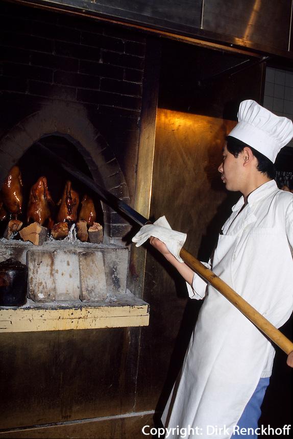 China, Peking, Pekingente wird in offenem Feuer aus speziellem Holz geräuchert
