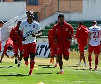 TUNJA - COLOMBIA, 30-01-2021: Jugadores de Patriotas Boyaca F. C., calienta previo al partido entre Patriotas Boyaca F. C., y Boyaca Chico F. C., por la fecha 20 de la Liga BetPlay DIMAYOR 2020 jugado en el estadio La Independencia de la Ciudad de Tunja. / Players of Patriotas Boyaca F. C., warm up prior a match between Patriotas Boyaca F. C., and Boyaca Chico F. C., for the 20th date as part of BetPlay DIMAYOR League 2020 played at La Independencia stadium in Tunja city. Photo: VizzorImage / Macgiver Baron / Cont.