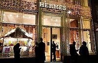 Nederland  Amsterdam 14 december 2020.  PC Hooftstraat. Rij met mensen voor Hermes.  Foto : ANP/ HH / Berlinda van Dam