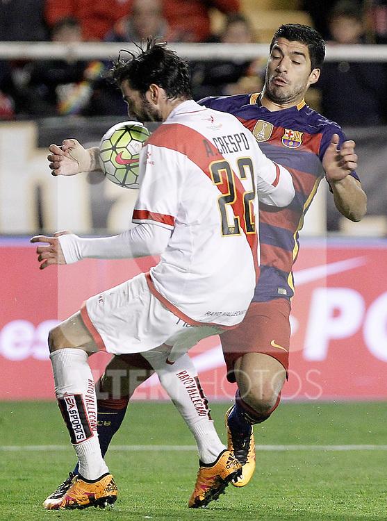 Rayo Vallecano's Jose Angel Crespo (l) and FC Barcelona's Luis Suarez during La Liga match. March 3,2016. (ALTERPHOTOS/Acero)