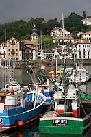 Europe/France/Aquitaine/64/Pyrénées-Atlantiques/Saint-Jean- de-Luz :le port de pèche et au fond le maisons basques  de Ciboure