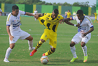 BARRANCABERMEJA -COLOMBIA, 23-08-2015.  Arley Rodriguez (C) jugador de Alianza Petrolera disputa el balón con Giovanny Martinez (Izq) y Alex Diaz (Der) de Deportivo Pasto durante encuentro  por la fecha 8 de la Liga Aguila II 2015 disputado en el estadio Daniel Villa Zapata de la ciudad de Barrancabermeja./ Arley Rodriguez (C) player of Alianza Petrolera fights for the ball with Giovanny Martinez (L) and Alex Diaz (R) player of Deportivo Pasto during match for the 8th date of the Aguila League II 2015 played at Daniel Villa Zapata stadium in Barrancebermeja city. Photo:VizzorImage / Jose Martinez / Cont