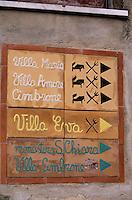 Europe/Italie/Côte Amalfitaine/Campagnie/Ravello : Panneaux signalant les hôtels et restaurants