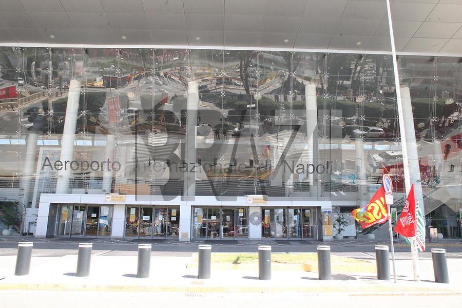 NAPOLI, ITALIA, 01.06.2020 - PROTESTO-ITALIA - Nápoles protesta contra trabalhadores sazonais empregados no manuseio do Aeroporto Internacional de Nápoles Capodichino por cortes de empregos. (Foto: Salvatore Esposito/Brazil Photo Press)