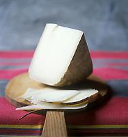 Europe/France/Aquitaine/64/Pyrénées-Atlantiques: Fromage  AOC Ossau-Iraty ,fromage au lait de brebis - Stylisme : Valérie LHOMME