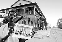 - one of the brothers of Abdou Aziz Gaye, immigrated in Italy, in the railway station of Tivaouane native village, in Senegal....- uno dei fratelli di Abdou Aziz Gaye, immigrato in Italia, nella stazione ferroviaria del villaggio natale di Tivaouane, in Senegal