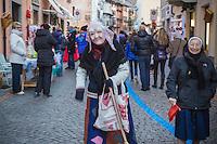 Italie, Val d'Aoste, Verrès: Lors du marché de Noêl, la Befana, sorcière qui apporte des jouets aux enfants, sa fête est le 6 janvier // Italy, Aosta Valley, Verres: At the Christmas market, the Befana witch who brings brings toys to children,