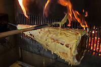 Europe/France/Midi-Pyrénées/12/Aveyron/Saint-Martin-de-Lenne: Cuisson du gâteau au feu de bois. Gâteau à la broche de Gigi