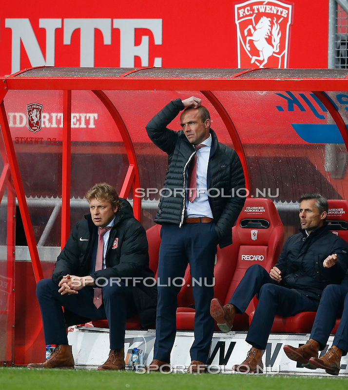 Nederland, Enschede, 26 april  2015<br /> Eredivisie<br /> Seizoen 2014-2015<br /> FC Twente-AZ<br /> Alfred Schreuder, trainer-coach van FC Twente, krabt op zijn hoofd