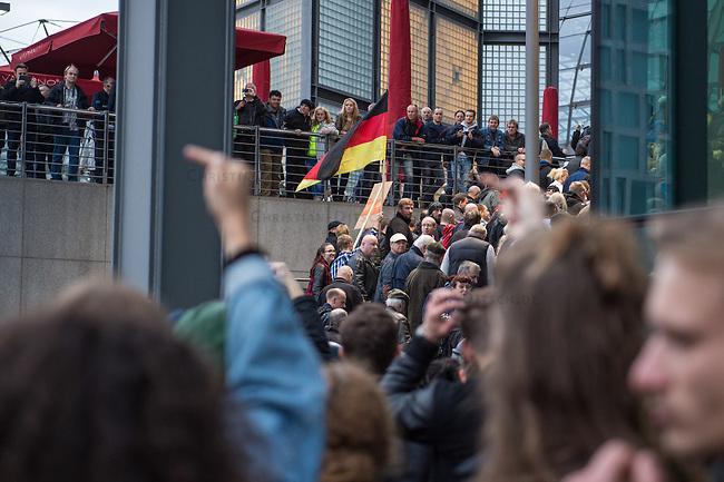 """Bis zu 2500 Anhaenger der Rechtspartei """"Alternative fuer Deutschland"""" (AfD) versammelten sich am Samstag den 7. November 2015 in Berlin zu einer Demonstration. Sie protestierten gegen die Fluechtlingspolitik der Bundesregierung und forderten """"Merkel muss weg"""". Die Demonstration sollte der Abschluss einer sog. """"Herbstoffensive"""" sein, zu der urspruenglich 10.000 Teilnehmer angekuendigt waren.<br /> Mehrere tausend Menschen protestierten gegen den Aufmarsch der Rechten und versuchten an verschiedenen Stellen die Route zu blockieren. Gruppen von AfD-Anhaengern wurden von der Polizei durch Einsatz von Pfefferspray, Schlaege und Tritte durch Gegendemonstranten, die sich an zugewiesenen Plaetzen aufhielten, zur rechten Demonstration gebracht. Zum Teil wurden sie von Neonazis-Hooligans dabei angefeuert. Dabei kam es zu Verletzten, mehrere Gegendemonstranten wurden festgenommen.   <br /> 7.11.2015, Berlin<br /> Copyright: Christian-Ditsch.de<br /> [Inhaltsveraendernde Manipulation des Fotos nur nach ausdruecklicher Genehmigung des Fotografen. Vereinbarungen ueber Abtretung von Persoenlichkeitsrechten/Model Release der abgebildeten Person/Personen liegen nicht vor. NO MODEL RELEASE! Nur fuer Redaktionelle Zwecke. Don't publish without copyright Christian-Ditsch.de, Veroeffentlichung nur mit Fotografennennung, sowie gegen Honorar, MwSt. und Beleg. Konto: I N G - D i B a, IBAN DE58500105175400192269, BIC INGDDEFFXXX, Kontakt: post@christian-ditsch.de<br /> Bei der Bearbeitung der Dateiinformationen darf die Urheberkennzeichnung in den EXIF- und  IPTC-Daten nicht entfernt werden, diese sind in digitalen Medien nach §95c UrhG rechtlich geschuetzt. Der Urhebervermerk wird gemaess §13 UrhG verlangt.]"""