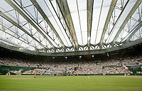 29-6-09, England, London, Wimbledon,  The roof is closed for the first time during the match Mauresmo-Safina