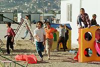Nach dem Erdbeben im August in der Tuerkei leben tausende Menschen in Zeltlagern und Behilfszelten. Das tuerkische Militaer hat nahe der Ortschaft Asagi Yuvacik Mahallesi das Zeltlager Mehmetzik Kenti fuer ca. 4.500 Menschen errichtet. Hier leben Menschen, deren Haeuser vollstaendig zerstoert wurden.<br /> Hier: Kinderspielplatz, im Hintergrund die Stadt Izmit.<br /> 13.10.1999, Izmit/Tuerkei<br /> Copyright: Christian-Ditsch.de<br /> [Inhaltsveraendernde Manipulation des Fotos nur nach ausdruecklicher Genehmigung des Fotografen. Vereinbarungen ueber Abtretung von Persoenlichkeitsrechten/Model Release der abgebildeten Person/Personen liegen nicht vor. NO MODEL RELEASE! Nur fuer Redaktionelle Zwecke. Don't publish without copyright Christian-Ditsch.de, Veroeffentlichung nur mit Fotografennennung, sowie gegen Honorar, MwSt. und Beleg. Konto: I N G - D i B a, IBAN DE58500105175400192269, BIC INGDDEFFXXX, Kontakt: post@christian-ditsch.de<br /> Bei der Bearbeitung der Dateiinformationen darf die Urheberkennzeichnung in den EXIF- und  IPTC-Daten nicht entfernt werden, diese sind in digitalen Medien nach §95c UrhG rechtlich geschützt. Der Urhebervermerk wird gemaess §13 UrhG verlangt.]