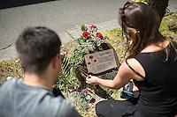 Mahnwache fuer Burak Bektas.<br /> Am Donnerstag den 5. Mai 2016 versammelten sich Angehoerige und Freunde des am 5. April 2012 ermordeten Burak Bektas in Berlin-Neukoelln an der Stelle, an der ein Unbekannter ihn 2012 erschossen hat. Der Unbekannte schoss in der Nacht zum 5. April 2012 fuenfmal wortlos auf eine Gruppe von Jugendlichen. Der 22jaehrige Burak Bektas erlag noch am Tatort seinen Verletzungen, zwei seiner Freunde wurden lebensgefaehrlich verletzt.<br /> Die Familie von Burak und Freunde forderten nach ueber zwei Jahren angeblich erfolgloser Ermittlungen der Berliner Polizei Aufklaerung ueber die Ermittlungsarbeit und etliche Ungereimtheiten bei den Ermittlungen.<br /> Im Bild: Eine neue Gedenktafel wird an gebracht, da Unbekannte die Gedenktafeln immer wieder zerstoeren.<br /> 5.5.2016, Berlin<br /> Copyright: Christian-Ditsch.de<br /> [Inhaltsveraendernde Manipulation des Fotos nur nach ausdruecklicher Genehmigung des Fotografen. Vereinbarungen ueber Abtretung von Persoenlichkeitsrechten/Model Release der abgebildeten Person/Personen liegen nicht vor. NO MODEL RELEASE! Nur fuer Redaktionelle Zwecke. Don't publish without copyright Christian-Ditsch.de, Veroeffentlichung nur mit Fotografennennung, sowie gegen Honorar, MwSt. und Beleg. Konto: I N G - D i B a, IBAN DE58500105175400192269, BIC INGDDEFFXXX, Kontakt: post@christian-ditsch.de<br /> Bei der Bearbeitung der Dateiinformationen darf die Urheberkennzeichnung in den EXIF- und  IPTC-Daten nicht entfernt werden, diese sind in digitalen Medien nach §95c UrhG rechtlich geschuetzt. Der Urhebervermerk wird gemaess §13 UrhG verlangt.]