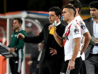 BOGOTÁ - COLOMBIA, 03-05-2018: Marcelo Gallardo (Izq.) técnico de River Plate, da instrucciones a Rafael Borre (Der.), player, durante partido entre Independiente Santa Fe (COL) y River Plate (ARG), de la fase de grupos, grupo D, fecha 5 de la Copa Conmebol Libertadores 2018, jugado en el estadio Nemesio Camacho El Campin de la ciudad de Bogota. / Marcelo Gallardo (L), coach of River Plate, gives instructions to Rafael Borre (R) player, during a match between Independiente Santa Fe (COL) and River Plate (ARG), of the group stage, group D, 5th date for the Conmebol Copa Libertadores 2018 at the Nemesio Camacho El Campin Stadium in Bogota city. Photo: VizzorImage  / Luis Ramírez / Staff.