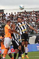 RIO DE JANEIRO, RJ, 29 DE JANEIRO 2012 - CAMPEONATO CARIOCA - 1o TURNO - TAÇA GUANABARA - NOVA IGUAÇU X BOTAFOGO - Elkeson, jogador do Botafogo durante partida contra o Nova Iguaçu, pela 2o rodada da Taça Guanabara, no estádio Proletário, na cidade do Rio de Janeiro, neste domingo, 29. FOTO: BRUNO TURANO – NEWS FREE.