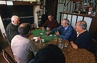 """Europe/France/Aquitaine/40/Landes/Garein: Vieux landais jouant aux cartes dans le bar-restaurant """"Chez Suzon"""" [Non destiné à un usage publicitaire - Not intended for an advertising use]"""