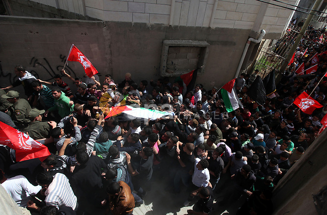 Palestinians carry the body of Mahmoud Adel al-Titi, 22, during his funeral in the West Bank refugee camp of al-Fawwar near Hebron 13 March 2013. Al-Titi was allegedly shot dead by an Israeli soldier during an Israeli military operation in al-Fawwar refugee camp on Tuesday. Photo by Issam Rimawi