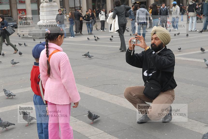 - turista indiano Sikh in piazza del Duomo<br /> <br /> - Indian Sikh tourist in Duomo square
