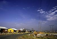 SudAfrica, Johannesburg: case e baracche nella township di Soweto. All'orizzonte di vede del fumo nero.