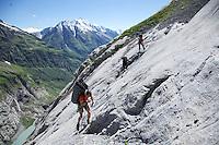 Kletterprojekt am Chalchschijen im Maderanertal mit Jvan Tresch am klettern auf dem Portaledge Juergen Bissig und Dominik Anghern fotografiert aus dem Helikopter am 4. August 2010..Copyright © Zvonimir Pisonic