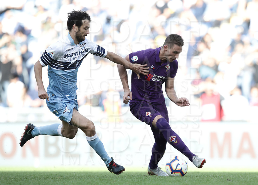 Football, Serie A: S.S. Lazio - Fiorentina, Olympic stadium, Rome, 7 ottobre 2018. <br /> Lazio's Marco Parolo (l) in action with Fiorentina's Marko Pjaca (r) during the Italian Serie A football match between S.S. Lazio and Fiorentina at Rome's Olympic stadium, Rome on October 7, 2018.<br /> UPDATE IMAGES PRESS/Isabella Bonotto