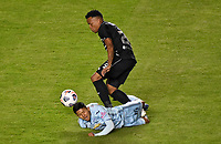 LA PAZ - BOLIVIA, 08-04-2021: John Elian Garcia Sossa  del Bolívar y Jhon Pajoy del Junior durante partido de ida entre Bolívar de Bolivia y Atlético Junior de Colombia por la fase 3, de la Copa CONMEBOL Libertadores 2021  jugado en el estadio Hernando Siles de la Ciudad de La Paz. / John Elian Garcia Sossa of Bolivar and Jhon Pajoy of Junior during first leg match between Bolivar of  Bolivia and Atletico Junior of Colombia for the phase 3 as part of the Copa CONMEBOL Libertadores 2021 played at Hernando Siles stadium in La Paz city. Photo: APG / VizzorImage / Cont
