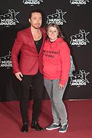 Julien Dore et une fan sur le Tapis Rouge / Red Carpet avant la Ceremonie des 19 EME NRJ MUSIC AWARDS 2017, Palais des Festivals et des Congres, Cannes Sud de la France, samedi 4 novembre 2017.
