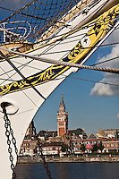 Europe/France/Nord-Pas-de-Calais/59/Nord/ Dunkerque: La ville et le beffroi Saint-Eloi vus depuis le port - Beffroi inscrit au Patrimoine Mondial UNESCO - au premier plan la proue du trois-mats: Duchesse-Anne  du Musée Portuaire