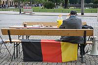 """Bilderberg-Treffen in Dresden.<br /> Verschiedene Rechte, Nazis, Pegida-Teilnehmer und Anhaenger von Verschwoerungstheorien protestierten am Samstag den 11. Juni 2016 in Dresden gegen ein Treffen der sog. """"Bilderberger"""" im Taschenberg Palais. Bei diesem Treffen, das seit 1954 stattfindet, versammeln sich Regierungenangehoerige, Mitglieder wichtiger Think-Tanks und Industrielle verschiedener westlicher Staaten zu einem geheimen Treffen um sich auszutauschen. Ergebnisse dieser Treffen werden nicht veroeffentlicht.<br /> Im Bild: Ein sogenannter """"Reichsbuerger"""" bei der Protestkundgebung.<br /> 11.6.2016, Dresden<br /> Copyright: Christian-Ditsch.de<br /> [Inhaltsveraendernde Manipulation des Fotos nur nach ausdruecklicher Genehmigung des Fotografen. Vereinbarungen ueber Abtretung von Persoenlichkeitsrechten/Model Release der abgebildeten Person/Personen liegen nicht vor. NO MODEL RELEASE! Nur fuer Redaktionelle Zwecke. Don't publish without copyright Christian-Ditsch.de, Veroeffentlichung nur mit Fotografennennung, sowie gegen Honorar, MwSt. und Beleg. Konto: I N G - D i B a, IBAN DE58500105175400192269, BIC INGDDEFFXXX, Kontakt: post@christian-ditsch.de<br /> Bei der Bearbeitung der Dateiinformationen darf die Urheberkennzeichnung in den EXIF- und  IPTC-Daten nicht entfernt werden, diese sind in digitalen Medien nach §95c UrhG rechtlich geschuetzt. Der Urhebervermerk wird gemaess §13 UrhG verlangt.]"""