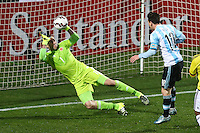 VIÑA DEL MAR - CHILE - 26-04-2015: David Ospina (Izq.), guardavallas de Colombia, disputa el balón con Lionel Messi (Der) jugador de Argentina, durante partido Colombia y Argentina, por los cuartos de final, de la Copa America Chile 2015, en el estadio Sausalito en la Ciudad de Viña del Mar / David Ospina (L) goalkeeper of Colombia, vies for the ball with Lionel Messi (R) player of Argentina, during a match between Colombia and Argentina, for the quarterfinals of the Copa America Chile 2015, in the Sausalito stadium in Viña del Mar city. Photo: VizzorImage /  Photosport / Jonathan Mancilla / Cont.