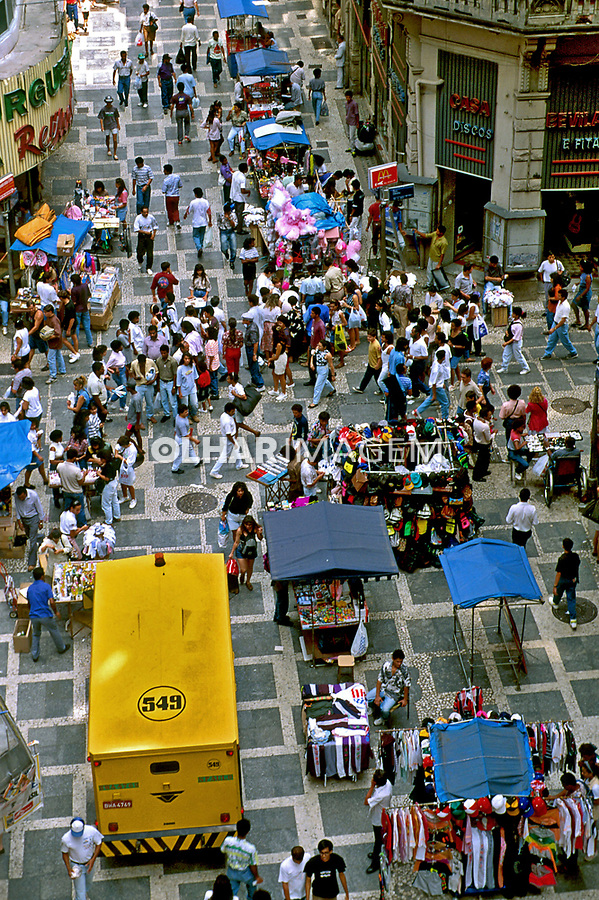 Barracas de camelôs no centro de São Paulo. 1988. Foto de Juca Martins.