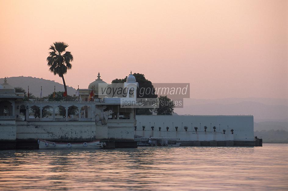 Asie/Inde/Rajasthan/Udaipur : Sur le lac Pichola - Palais sur l'île de Jag Mandir dans la lumière du soir