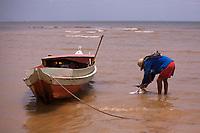 Praia do Caripi ao lado do porto de Vila do Conde.<br />Navios chegam e saem do porto da Companhia Docas do Pará - CDP, transportando minério, madeira e gado, entre outros produtos. <br />Barcarena, Pará, Brasil.<br />Foto Maycon Nunes