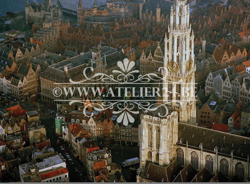 December 1995. Stadhuis Antwerpen aan de Grote Markt en de Kathedraal.